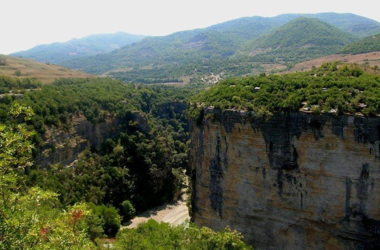 The canyon of Gradec was formed millions of years ago by the collapse of the ceiling covering what was once the subterranean karstic passage of the river of Çorovodë.