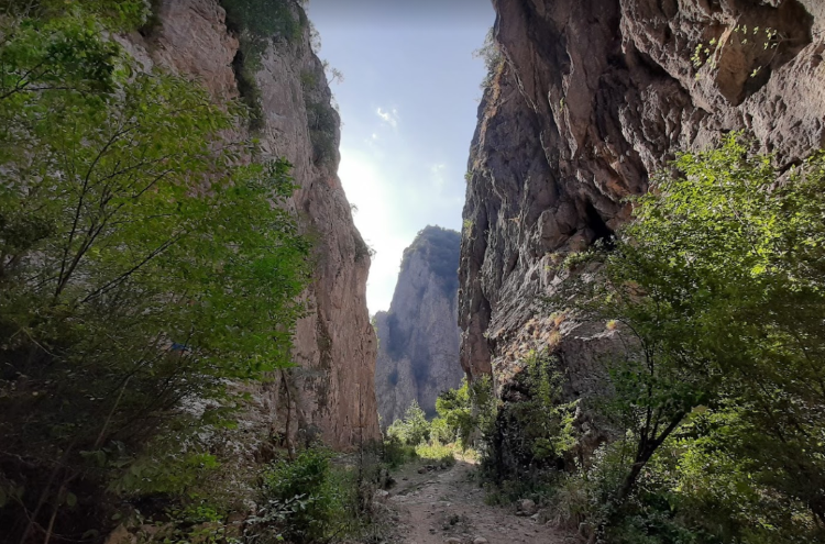 """Also known as """"Gryka e Gurit"""" (""""Stone's Gorge""""), the canyon of Llëngë has moderate dimensions."""