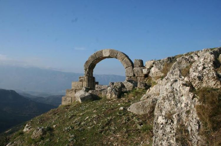 Gate in the ruins of Amantia.